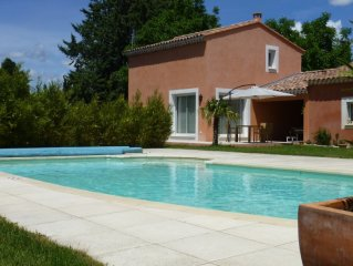 Gite de charme contemporain : propriete arboree, piscine privative, vue Luberon