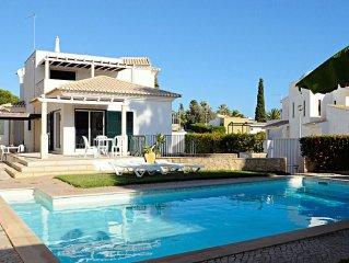 Bonita vivenda junto ao mar com piscina privada e jardim.