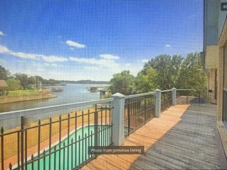 Updated Granbury lakefront house for Large/Multiple Families W/WiFi and pool