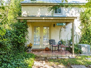 Cute Fredericksburg cottage retreat right in the middle of the historic district