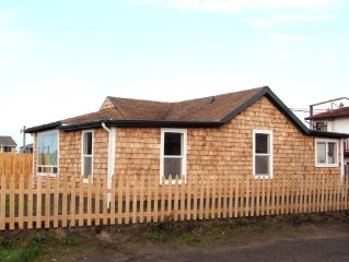 Historic 1920s Cabin Downtown: across street from Ocean 1 block from main drag