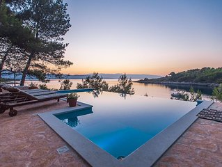 Luxury Villa Aqua Directly On The Sea, Beautiful View & Heated Swimmingpool