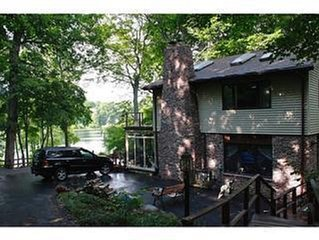 Private, Wooded, Lakefront-boats, HoTUB, fireplaces, wooded- 90min from Chicago