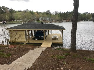 LAKE HOUSE AND PONTOON BOAT IN BEAUTIFUL POE CREEK COVE AT LAKE GASTON