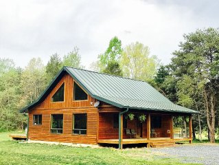 Beautiful CABIN! NEAR LURAY,  Secluded, Hot Tub, WiFi, Fireplace, Handicap Acces
