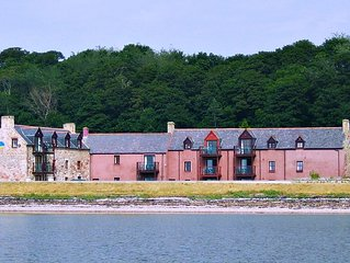 Dolphin Bay Suites - Superb Seafront Apartment Right on the Beach near Inverness