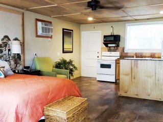 Waterfront Studio with Kitchen, free use of Kayaks, Wifi, John Boat And  Bicycle