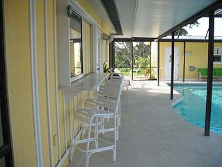 Home on Dona Bay with beautiful views 3 minutes to the Beach & Downtown Venice