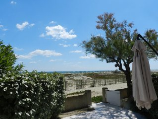 Villa on the seafront, direct access to the beach, pool in the residence