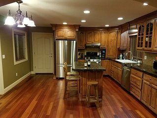Mtn Top Upscale 4br with Sauna, Jacuzzi, Mtn Views