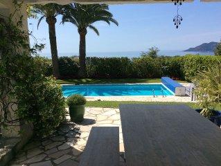 Villa plein pied- blanche et bleue -grand jardin- piscine-superbe vue mer-paradi
