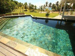 Villa de standing - pieds dans l'eau- piscine - vue mer - gouvernante  - parc