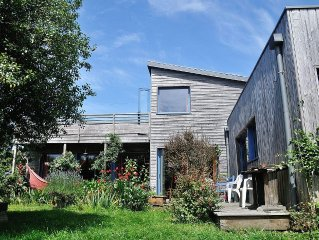 Maison d'architecte, en bois, sur la Côte de Granit Rose dans quartier calme.