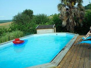 Gite 2 personnes, 1 chambre, jardin, piscine en ete, animaux bienvenus
