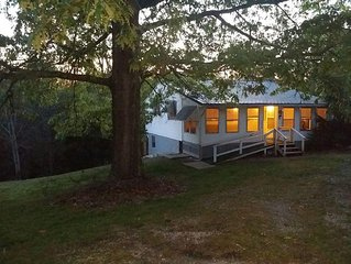 Country Creek side Cottage, True Tennessee home close to everything,