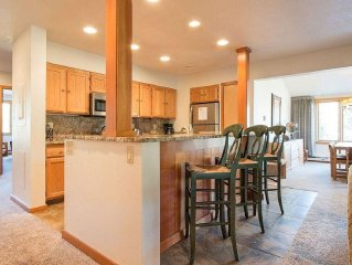 3 Bdrm, Deluxe Condo, Free Wifi, Indoor Pool &  Hot Tub