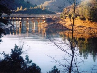 LAKE FRONT ON SHASTA LAKE,  NESTLED IN THE MOUNTAINS!