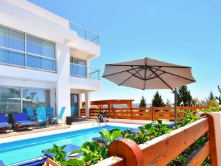 Modern Villa With Private Pool Just A Short Walk From The Center Of Coral Bay