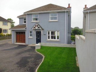 Modern detached house, 10 minute walk to large sandy beach