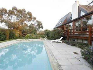 Villa avec piscine chauffée près des sentiers côtiers.