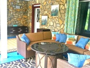 Family Funtastic-Pool table, firepit, elegant decor, 5 flatscreen TV's, WIFI