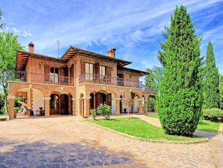 Imposing villa of 700sqm with private pool, extensive gardens, village location