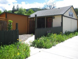 Zen Atmosphere Studio Cottage. Private Entrance & Healing Garden. Walk to Plays