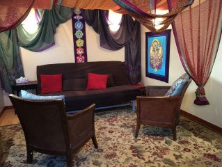 2-Room Garden Cottage in Healing Sanctuary Sleeps 4 - Walk to Downtown Plaza