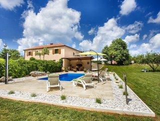Villa mit Pool und grossem Garten in ruhiger Lage