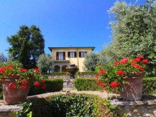 Villa con piscina e giardino e campo da tennis privati. Connessione internet. Mo