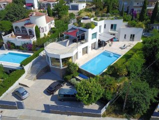 Large, upscale villa (500 m2) with sea view
