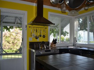 Croft Cottage-Your Escape to Stunning Lake & City Views, Near Beaches & Wineries