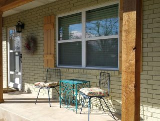 Colorful Cottage Walking Distance (2.5 blocks) to Main St. Shopping/Dining