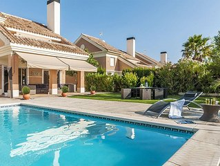 Santa Clara. Luxury house with large private garden with pool and parking 8pax