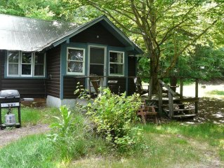 Traditional Lakeside Cottage, 2 bdrms, kitchen, living room, great view, 2-5 ppl