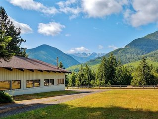 Very Rustic 1BR + Loft Port Angeles House w/Wifi, Stunning Olympic Mountain View