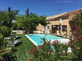 Dans les vignes entre Avignon et Orange Mas renove a usage exclusif avec piscine