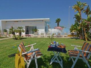 Moderna villa al mare con piscina, giardino, ampie verande attrezzate.