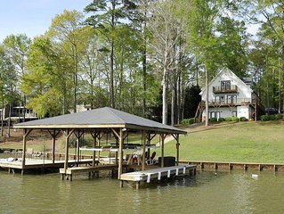 Fun at Lake Sinclair! 4BR/3BA Great views, 8' water on mid-channel location