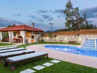 Lilium Villa! Total privacy, outdoor Jacuzzi, close to beach & shops!
