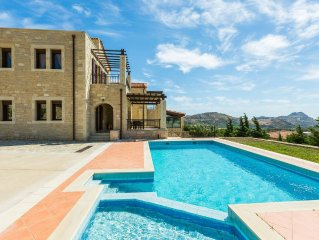 Private pool, children's pool & sea views!CAR RENTAL INCLUDED*