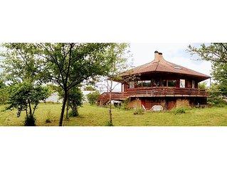 Vaste appartement dans villa octogonale, avec balcon et jardin, proche du lac