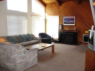 Cute Rental w Vaulted Ceilings, Walk to Lifts at Canyon Lodge, 2-Car Garage, 2