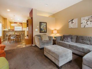MODERN LIVING IN COLLINS LAKE. SUNNY END UNIT. CLOSE TO POOL/SPA.