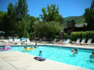 Large 2 bedroom/2.5 condo close to skiing/ Outdoor Pool/ Hot Tubs