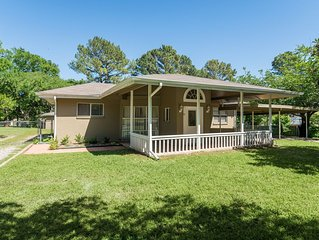 BEAUTIFUL Lake Texoma Rental with Free Guest House! Located on peninsula NICE!!!