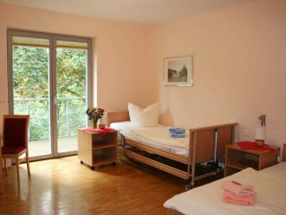 Zweibettzimmer barrierefrei mit 1 Pflegebett - Gastehaus 'Am Luisenpark'