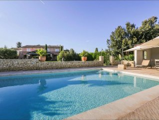 Stylish family house with pool at the foot of the village of Menerbes