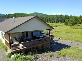 Lone Pine Lodge w/ Picture Perfect Views of Lionshead from 6-Person Hot Tub
