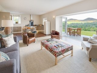 SMIDDY - a superb new barn conversion with outstanding views, Wifi, sleeps 4